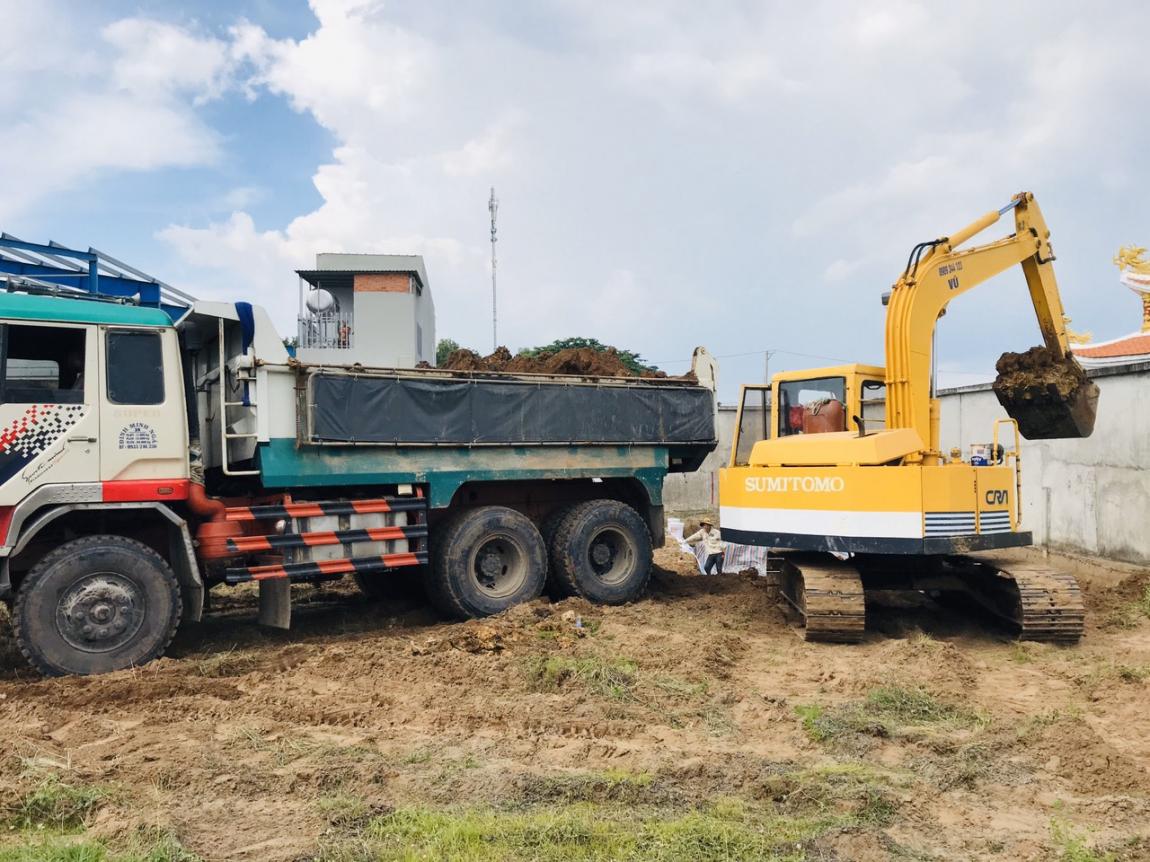 Huy động nhiều máy móc đến công trường để chuẩn bị thi công phần móng của dự án.