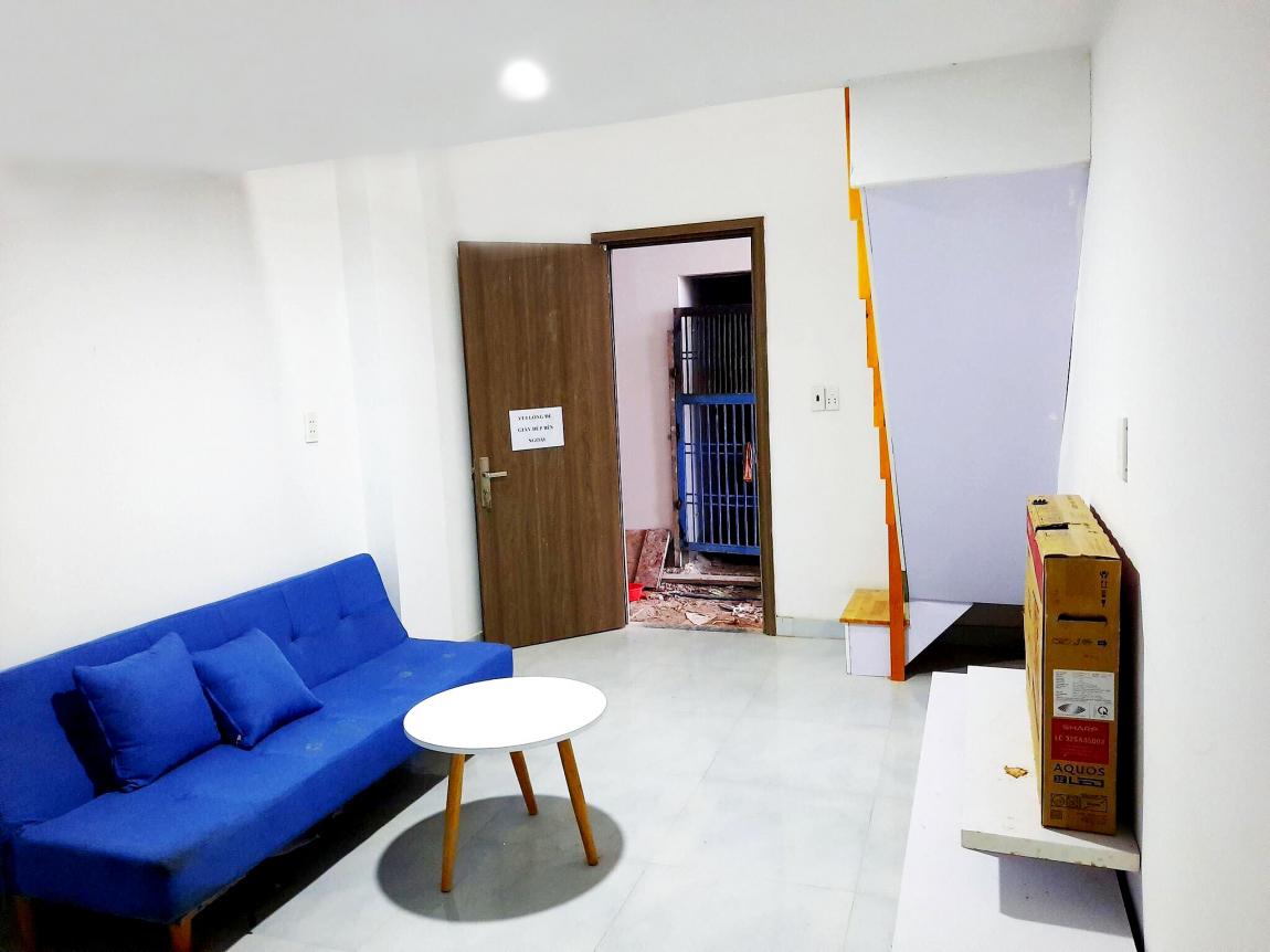 Không gian phòng khách của căn hộ được thiết kế rông thoáng với trần nhà cao 4.5m
