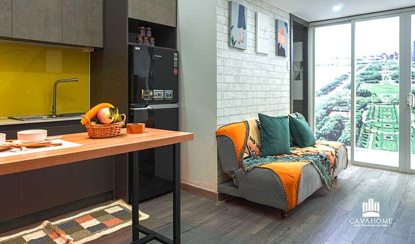 Phòng khách được thiết kế nối liền với ban công giúp mang lại cảm giác thông thoáng cho căn hộ.