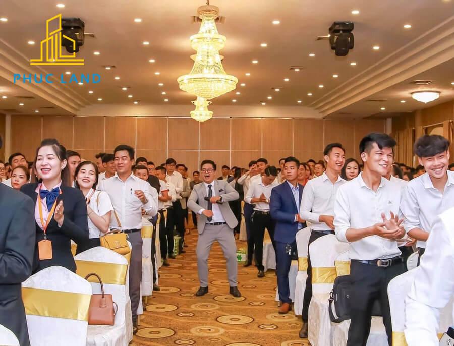 Hơn 90% khách hàng hài lòng về thái độ phục vụ và tác phong làm việc chuyên nghiệp, tận tâm của Sale Phúc Land. Ảnh: Phúc Land Group