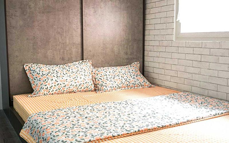 Phòng ngủ được thiết kế đều có cửa sổ, tông màu xám mang lại cảm giác ấm cúng và giường ngủ thông minh có tủ đựng đồ