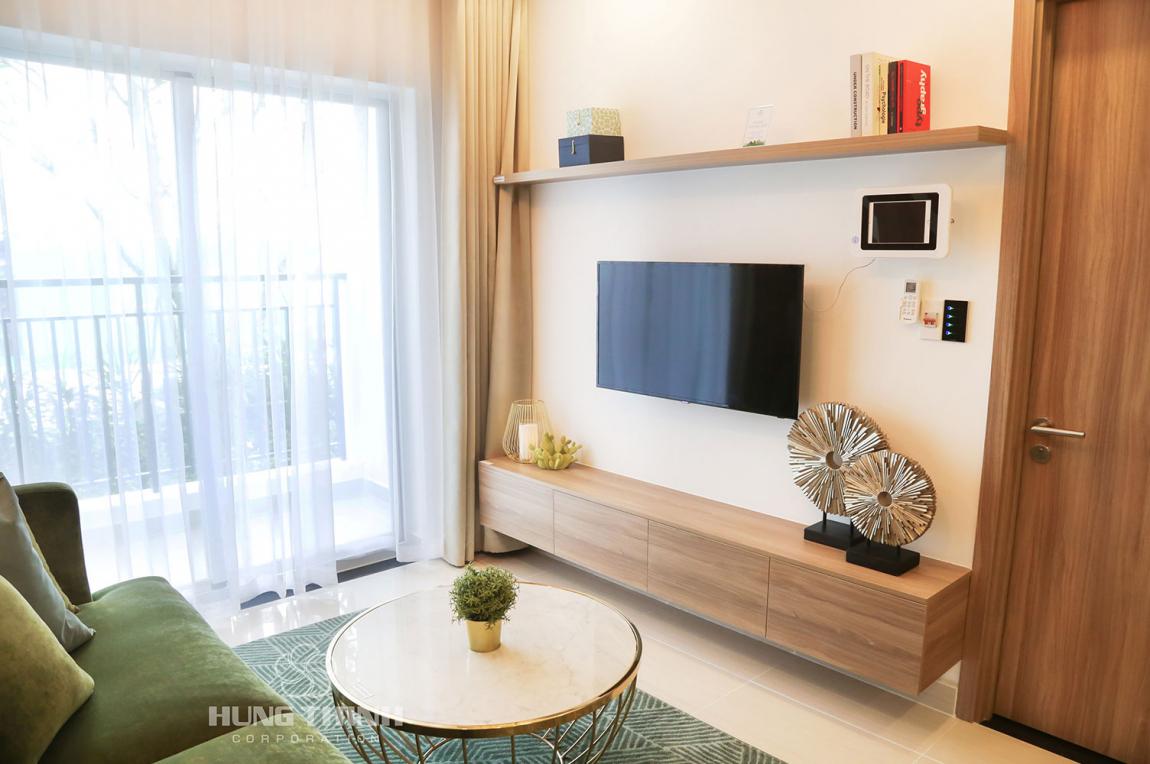 Phòng khách được thiết kế theo phong cách hiện đại, tấc cả căn hộ đều có ban công rộng thoáng và có view nhìn ra hồ đá hoặc view nhìn xuống hồ bơi, công viên cảnh quan.