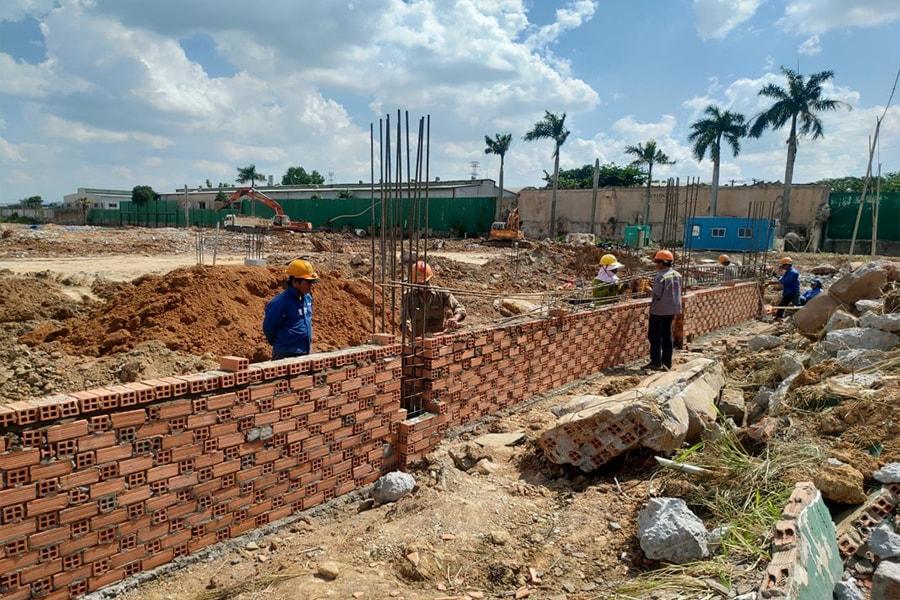 Công nhân Hưng Thịnh Incon đang tiến hành thi công những hạng mục đầu tiên của dự án